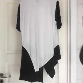 """Varetype: Andet Farve: Hvid  Fin rummelig tunika fra """"E """"  95 % viscose  5 % elestan   Brystmål 55x2 cm  Længde 92cm"""