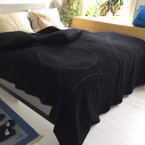 Hay Bed Cover. Sengetæppe af 100% uld, mål 190x200 cm. Samt 2 pyntepuder. Design by Anne Heinsvig.