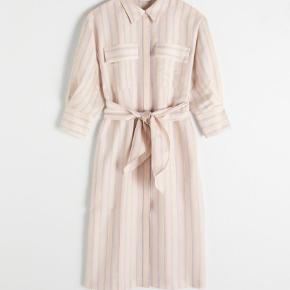 Smuk kjole fra & other stories. Sælges, da jeg ikke kan passe den længere.