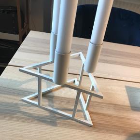 Hvid Limited edition trekantet By Lassen lysestage. Rigtig fin lysestage som passer ind i de fleste hjem.