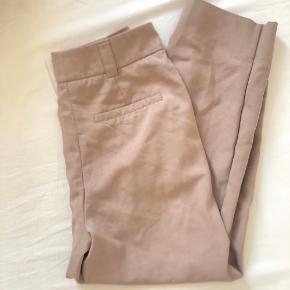 """H&M Trend bukser i lækreste stof Falder flot  Med to lommer foran og en baglomme  Lysebrun/kaki farvet   Kan afhentes på Islands Brygge eller sendes efter ønske 💌  Brug gerne """"Køb Nu"""" 😊"""