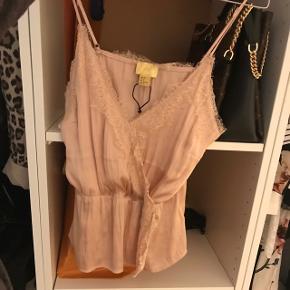 Top i sart rosa med blonde i satin lignende materiale (100% polyester) Ny pris 299,-