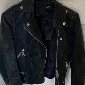 Super fin jakke fra vero moda, sælges da den er for lille til mig🐸 har sat en pris men BYD gerne🥰🥰