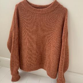 Sweater fra Vero Moda i str. small   Har lidt fnulder   Materiale: 56 % polyester, 28 % akryl, 9 % alpaka, 7 % uld