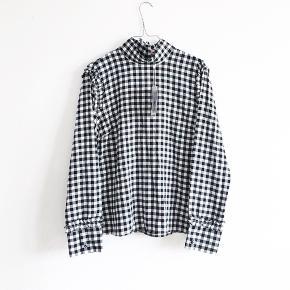 Bluse fra Custommade. Er aldrig brugt og er stadig med tags. Er en størrelse 42 men ligger til den lille side. Mindsteprisen er 250pp. Bud herunder vil blive ignoreret.