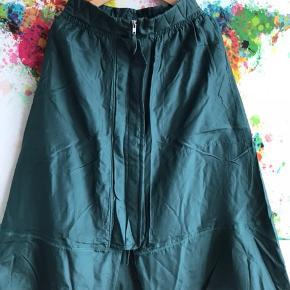 Den fineste nederdel fra Malene Birger. 100% silke og en flot flaskegrøn farve. Nypris 1899kr. Fast pris.  Behøver ik at kontakte mig med henblik på bytte 🙏
