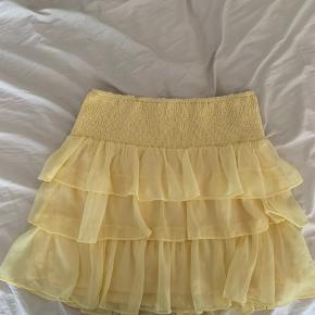 Sælger denne smukke nederdel, den er er køb hee fra trendsales jeg ikke får brugt så prøver at sælge den vidre.  Byd gerne(: