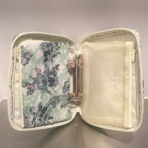 Smuk kosmetik-/toilettaske fra Paul & Joe med to mindre makeup-punge indeni, som kan tages ud.  Mål: 21 x 15 x 5 cm. Aldrig brugt.