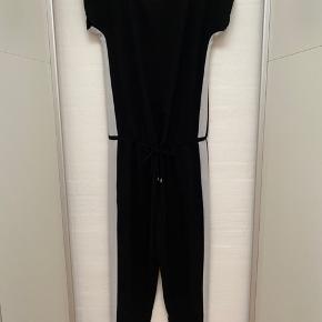 Mads Nørgaard jumpsuit med hvid stribe, str. 34. Crepe Georgette Cavi Sport, polyester, fin stand.