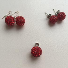 Fineste juleøreringe og/eller vedhæng - stickers: 50,- - hængeøreringe: 50,- - vedhæng: 75,-  Vedhænget har samme str. som hængeøreringene, stickers er lidt mindre.