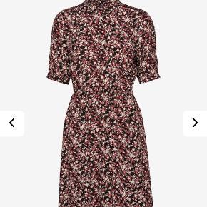 Skøn kjole, som har været på én gang. Sælges fordi jeg ikke får den brugt. Den er lavet af viskose og har underskørt samt elastik i taljen.  Købt i april '20 for 1300 kr.