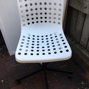 Hvid kontorstol med hvid plast foroven og stål stel i sort med 5 hjul. Ny pris:199kr, din pris 99kr😊