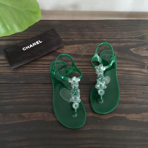Lækre grønne plastik sandaler fra Chanel. Brugt et par gange og stadig flotte - de fremstår i super stand. Str 36. Nypris 625 Dollar. Mp 2400 kr.