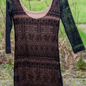 Fin elastisk kjole i to lag stof, yderst sort blonde, indeni hudfarvet stof. Style: Genesis Dress. Som ny.