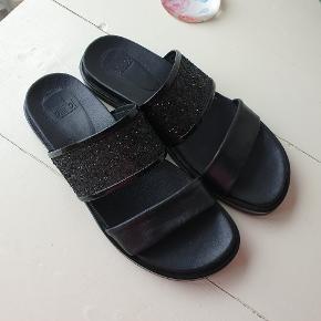 De fineste sandaler glimmer på. Ægte læder. Brugt ganske få gange. Nypris 800,-
