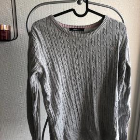 Lækker bluse / sweater med fin lyserød detaljer. Fitter en M / L.