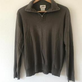 Varetype: Jumper Størrelse: L / XL Farve: Brown Oprindelig købspris: 10200 kr.  Gorgeous Men's Hermes Jumper.  60% Cashmere, 40% Cotton - I don't know what the exact original cost was, but it definitely wasn't cheap - but I am open to offers! I have tried to search for the exact model and can't find it, I am looking into see if it is a vintage piece.   The size states XL, but I believe this is more suited to a M.    The colour is a greyish brown, it has been worn but it still in great condition - no holes or really visible signs of wear.  Any questions give me a message, check out my other items! :)  Thanks