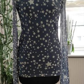 Acne super flot højhals bluse, aldrig brugt. stof kan giver sig og tilpasser til kroppen. Str S men kan bruges også M MP.350