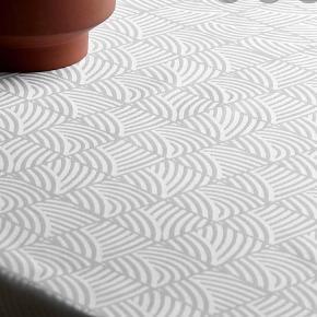 Smukkeste Georg Jensen Damask dug i hvid med Nanna Ditzel's tidsløse design ✨  Mål: 140x200 cm Den er blevet brugt en gang og vasket en gang. Den har ingen pletter eller andet, den er som ny 😊  Nypris: 1.220kr.