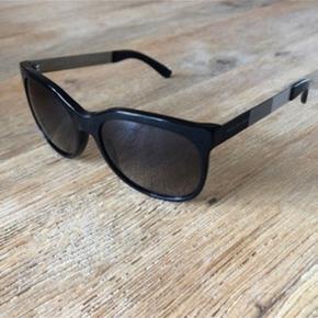 Marc by Marc Jacobs solbriller sælges. Fremstår som nye, helt uden ridser. Etui medfølger. Kvittering haves.  FAST PRIS: 500 kr. + porto.