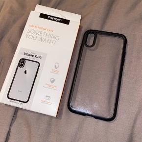 IPhone Xs/X cover fra Spigen med sort ramme/bumper og gennemsigtig bagside. Rammen dækker hele vejen rundt, så telefonen er fuldt beskyttet.  Behageligt i hånden, og tåler meget.   Sendes på købers regning eller afhentning i Viby J/Aarhus C.