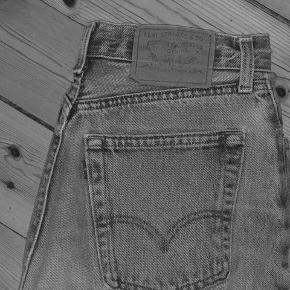 Sælger de her flotte vintage jeans fra levi's. De er i god stand og de sidder rigtig godt. De er i en størrelse xs, og de er lyseblå 🤍
