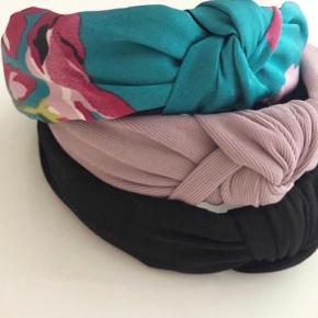 Hårbøjler der sidder perfekt på hovedet 💗  50 kr. per styk.   Kun de to øverste farver tilbage!  Afhentes på Islands Brygge eller sendes med PostNord på eget ansvar for 10 DKK 💌