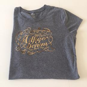 Lækker T-shirt i blødt stof som står rigtig pæn😁