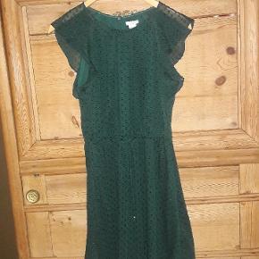 Sød kjole i super flot farve. Str. 40 Snøre i livet. Brystmål ca. 52 x 2 cm. Svær at måle. Længde ca. 89 cm  Handler helst via mobilpay Bytter ikke