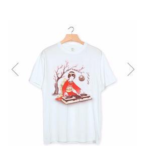 T-shirt fra det spanske mærke Wituka, lavet af 100% økologisk bomuld og er med silkeprint.  Modellen hedder Dj Geisha  Sælger 3 stk, mængde rabat gives.   Er stadig pakket i papir og kun lige taget ud af pakken.