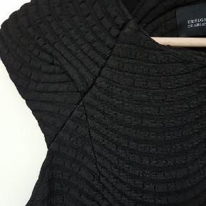 Fed sort kjole i lækkert tyk strækmateriale fra Designers Remix. Er kun brugt 1 gang. 97 cm i længden.