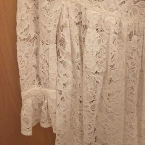 Mega fin sommerkjole i blonde fra Baum und Pferdgarten med underkjole☀️. Kjolen er aldrig blevet brugt.  Kjolen er i str. 34.