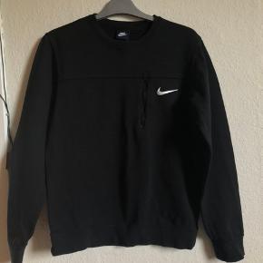 Sort unisex sweatshirt med lynlås fra Nike i str.S Brugt meget få gange