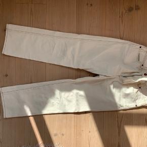 Fede jeans fra wrangler. Hvide med brune syninger  Skriv ved spørgsmål eller ønske om flere billeder