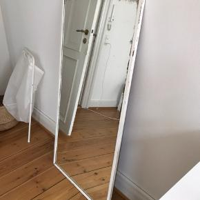 Mega fedt Hvidt spejl med masser af patina! Skal hentes i Århus C hurtigst muligt. Har snor bag på så det kan hænges op. Mål 120x60