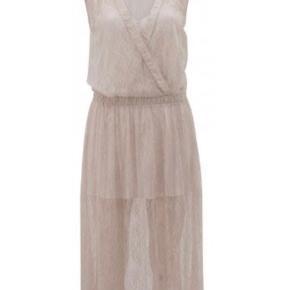 Aldrig brugt - stadig med tag. Smukkeste kjole. Min er beige/creme. Modelbillede er for at vise den på. SE OGSÅ MINE MANGE ANDRE ANNONCER 🥰