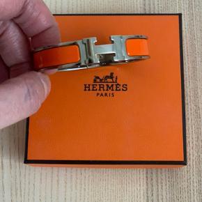 Det klassiske armbånd i orange/sølv. Det er brugt meget lidt og fremstår i virkelig pæn tilstand uden ridser osv.... Kvitteringen haves desværre ikke men jeg står selvfølgelig 100% inde for ægtheden...