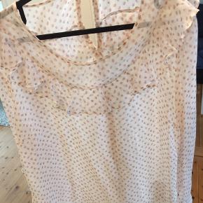 Oversize hvid gennemsigtig bluse med rosa prikker. Aldrig brugt. Fin flæsedetalje. Selvom det er XL passes den også af S og M.