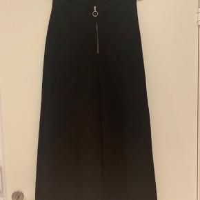 Sorte løse bukser fra H&M med deltaljeret lynlås foran. De er kun brugt få gange. Skriv gerne for mere information ☺️