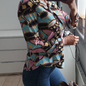 Mønstret skjorte i flotte farver, mintgrøn og lyserød Str medium, men lille i str, så passer bedst str small Jeg er 171cm høj  Den er brugt to gange, fremstår flot og næsten som ny  den sælges for 215kr eller 250kr inkl fragt med DAO