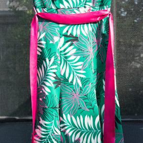 Festkjole - balkjole - gallakjole. Rigig fin festkjole købt i Magasin.  Grønt underskørt med påsyet kant af tyl. Lynlås i siden. Fuld længde (uden tyl) ca. 101 cm. Str. 6 = 34. Helt ny, prisskiltet sidder stadig på. #30dayssellout