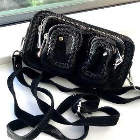 Den fineste lille Nunoo-taske med flotte detaljer ✨ Den passer helt perfekt til en telefon og andre småting ✨  Tjek også mine andre annoncer. Jeg giver gerne mængderabat, hvis du køber 2 eller flere varer 🦩🌸🍋