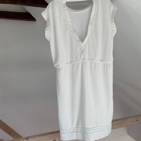 Sød kjole, har få (forholdsvis utydelige) pletter. Kan muligvis gå af i vask. Prisen er sat herefter🤍