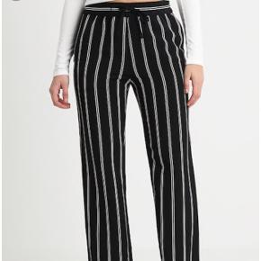 Stribede bukser fra Monki De er en str XXS men kan passe fra XXS-S Bytter gerne  Byd