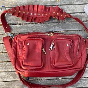 Smukkeste taske fra Nunoo. Brugt få gange, og er derfor i virkelig flot stand.  Kan ses/hentes i Holbæk eller sendes på købers regning❤️ Prisen er fast. Vær sød at respektere dette.