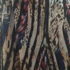 Mærket er en luksusvare Persona by Marina Rinaldi, italiensk design. Buskerne er i to lag, sort inderst som foer, og det tynde lag multifarvede øverst. Fantastiske bukser til fest, eller når du skal være særlig fin. Flot med en sort top. Buskerne er ca 3/4 lange og med god vidde i. Elastik i hele taljen.