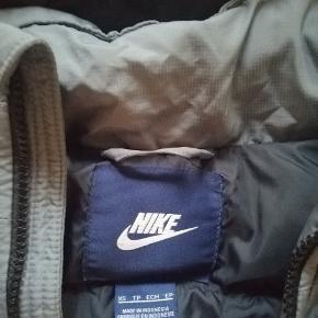 Dejlig Nike jakke Noget af det indre fór er lidt forskudt i ærmerne