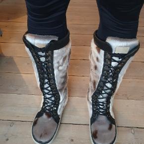 Sælskindsstøvler Sælskind fra Hice Bemærk den høje/lange model. Lang Snow Boot fra HICE, med uld foer og snørre. I meget flot stand.  Brugt kort i en sæson. Prisen er ikke til forhandling.    Soul for Seal Lange Snowjogger sælskindsstøvler  naturfarvet  med varmt foer i lammeuld  med monterbare snepigge  Kvalitet:certificeret Grønlandsk Inuit sælskind