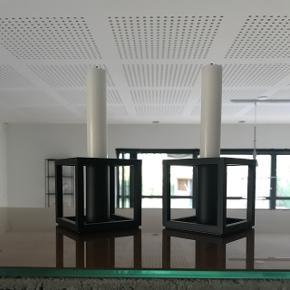 2 stk kubus by Lassen stager sort i pæn stand 6700/Rørkjær