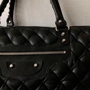 Dustbag medfølger. Vintage model men i god stand, har en enkelt skade som ses på sidste billede ☺️ kan bruges som weekend taske eller shopper taske.